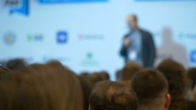 Empañe la sala de conferencias con la información pública de la presentación del altavoz para los estudiantes