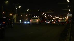 Empañe la vista del tráfico en ciudad iluminada en la noche o la tarde almacen de metraje de vídeo