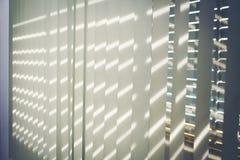 Empañe las cortinas de ventana con luz del sol a través, el diseño interior, Ven foto de archivo
