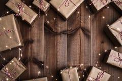 Empacotado com presentes de Natal de papel rústicos imagem de stock