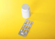 Empacotamento brilhante e cinzento dos antibióticos nas cápsulas e de uma garrafa branca para comprimidos, analgésicos, vitaminas imagens de stock royalty free