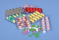 Empacotamento das tabuletas e dos comprimidos na tabela Coração vermelho Foto de Stock