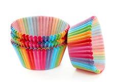 Empacotamento de papel dos queques coloridos isolado no branco Fotos de Stock Royalty Free