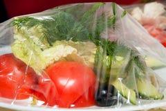 Empacotamento, salada sob o filme Imagens de Stock Royalty Free