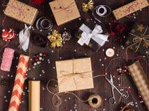 Empacote o papel de envolvimento de empacotamento do Natal do ano novo da caixa de presente do Natal Fotos de Stock
