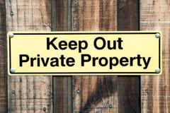 Empalideça - a indicação amarela e preta do sinal mantém para fora a propriedade privada Foto de Stock Royalty Free