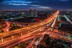 Empalme de calle y manera expresa de Bangkok, Tailandia Edificios del rascacielos de la señal y del paisaje urbano en la escena d imagenes de archivo
