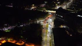 Empalme de camino con tráfico en Tokio en la noche, Japón almacen de video