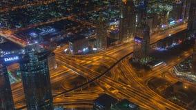 Empalme UAE de time lapse de la carretera del tráfico de la noche de Dubai Enfoque hacia fuera almacen de video