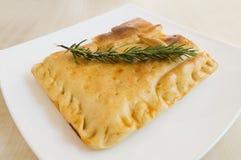 Μια πίτα ψωμιού που γεμίζουν με μερικά συστατικά - empanada Στοκ Εικόνα