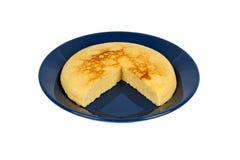 Empanada apoyada aislada del queso de pote en la placa azul Fotografía de archivo