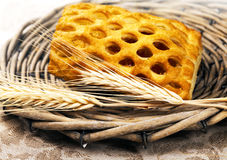 Empanada cocida fresca de la fruta con trigo Imagen de archivo libre de regalías