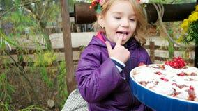 Empanada cocida prueba de la niña, niño encariñado con el postre dulce, pastel de calabaza adornado con las bayas rojas almacen de metraje de vídeo
