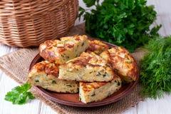 Empanada con el calabac?n, el queso e hierbas en la tabla fotografía de archivo
