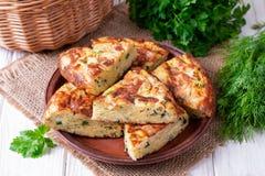 Empanada con el calabac?n, el queso e hierbas en la tabla foto de archivo libre de regalías