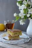 Empanada con la col que llena en una placa de un florero de flores Productos de la panader?a foto de archivo libre de regalías