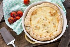 Empanada con la coliflor, el calabacín y el queso fotos de archivo