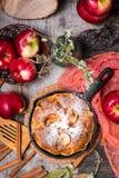 Empanada con la recogida de manzanas en una cacerola del hierro Manzanas maduras Fotos de archivo libres de regalías