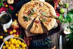 Empanada con las frutas y el mazapán Empanada con la pera y las manzanas frescas A Fotos de archivo libres de regalías