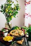 Empanada con las frutas y el mazapán Empanada con la pera y las manzanas frescas A Imagen de archivo libre de regalías