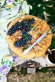 Empanada con las frutas y el mazapán Empanada con la pera y las manzanas frescas A Fotografía de archivo libre de regalías