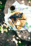 Empanada con las frutas y el mazapán Empanada con la pera y las manzanas frescas A Foto de archivo