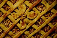 Empanada con las manzanas, adornadas con una flor de la pasta foto de archivo