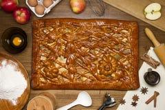 Empanada con los ingredientes y las herramientas Fotografía de archivo libre de regalías