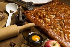 Empanada con los ingredientes y las herramientas para cocinar Fotos de archivo libres de regalías