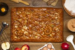Empanada con los ingredientes y las herramientas para cocinar Foto de archivo libre de regalías