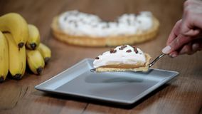 Empanada con los plátanos, crema azotada, chocolate de Banoffee metrajes
