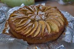 Empanada de Apple cocida hecha en casa caliente fresca en hoja en una tabla imagen de archivo libre de regalías