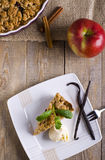 Empanada de Apple con el helado, adornado con vainilla, la menta y el canela en fondo de madera Un pedazo de torta delicioso con  Foto de archivo