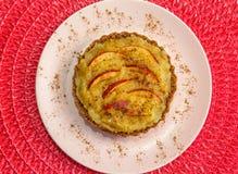 Empanada de Apple con la manzana, la crema y el canela en el top Fotos de archivo libres de regalías