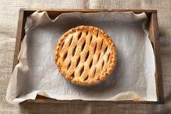 Empanada de Apple en la caja de madera Fotografía de archivo