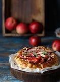 Empanada de Apple en la tabla de madera Tarta de Apple en fondo de madera imagenes de archivo