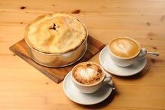 Empanada de Apple y café del Cappuccino Fotografía de archivo libre de regalías