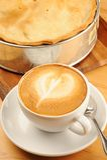 Empanada de Apple y café del Cappuccino Foto de archivo libre de regalías