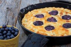 Empanada de arándano entera cocida en sartén Imagen de archivo