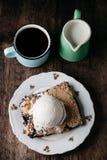 Empanada de arándano fresca hecha en casa con helado en fondo rústico foto de archivo libre de regalías