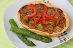 Empanada de carne con el espárrago y la pimienta roja fresca Foto de archivo libre de regalías