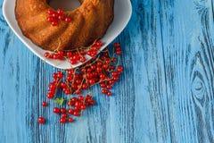 Empanada de la baya y pasas rojas en cuenco Imagenes de archivo