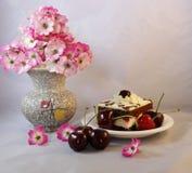 Empanada de la cereza con las cerezas Fotografía de archivo libre de regalías