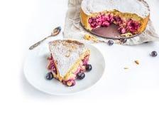 Empanada de la cereza de las natillas con las cerezas frescas Imagen de archivo libre de regalías