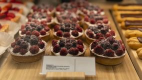 Empanada de la frambuesa en la tienda fotografía de archivo libre de regalías