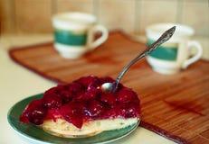 Empanada de la fresa con la taza de té y el kattle Imágenes de archivo libres de regalías