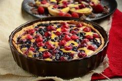 Empanada de la fruta con las bayas frescas dulces imagen de archivo libre de regalías
