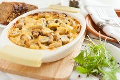 Empanada de las verduras con las setas, las patatas y el queso Fotografía de archivo