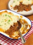 Empanada de los pastores en plato de porción Fotos de archivo