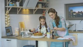 Empanada de Lunch Preparing Delicious del cocinero de la madre de las ayudas del niño almacen de metraje de vídeo